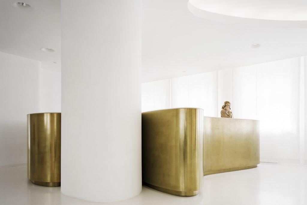 Organisches Design in Gold und Weiß für die Lobby im Ellington Hotel Berlin prägt die helle, einladene Atmosphäre.