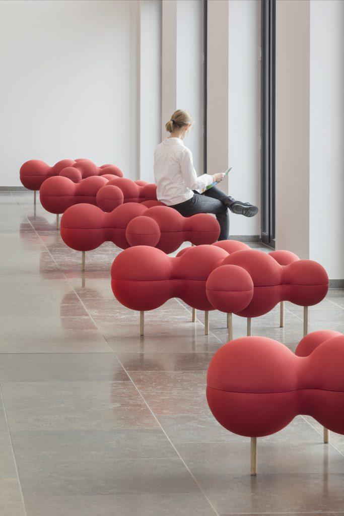 Fünf rote Sitzmöbel in Molekül-Form im Foyer der ABDA als Hommage an Friedrich Wöhler: Seine Harnstoffsynthese war 1828 ein Meilenstein der organischen Chemie und Anfang der Biochemie.