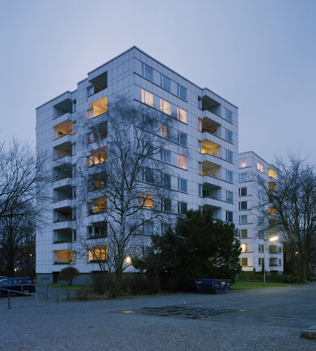 Die Außenfassade von Alvar Aalto für die 'Stadt von Morgen' zeigt die Modernität der Interbau Berlin 1957 im Wiederaufbau des Berliner Hansaviertels nach dem 2.Weltkrieg. Die Architekten der Nachbargebäude sind Pierre Vago, Werner Düttmann, Fritz Jaenecke und Sten Samuelson.