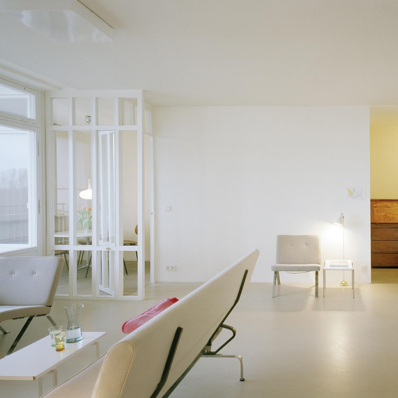 Der hellgraue Sofaklassiker von Ray und Charles Eames entspricht der Modernität des Allraums perfekt.