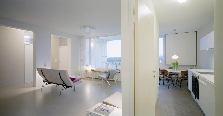 Die Bildperspektive zeigt die Hauptidee von Alvar Aalto gut: der Allraum, als offener Raumfluss zwischen Küche, Esszimmer und Wohnzimmer.