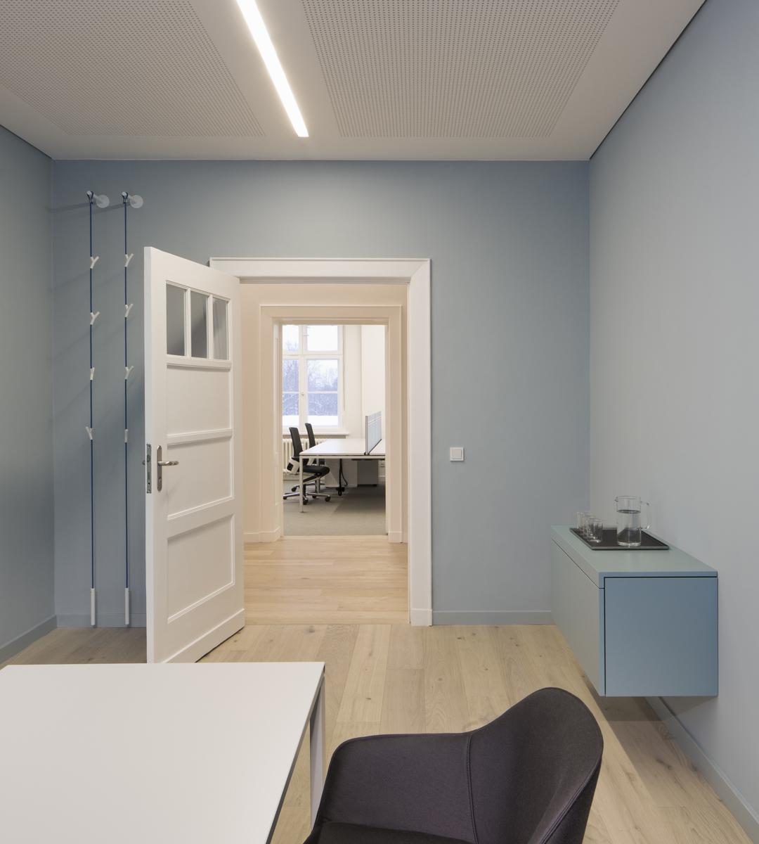 Ein hellblauer Raum mit Doppelfunktion: als kleiner Besprechungsraum und auch als Büro der Geschäftsführerin.