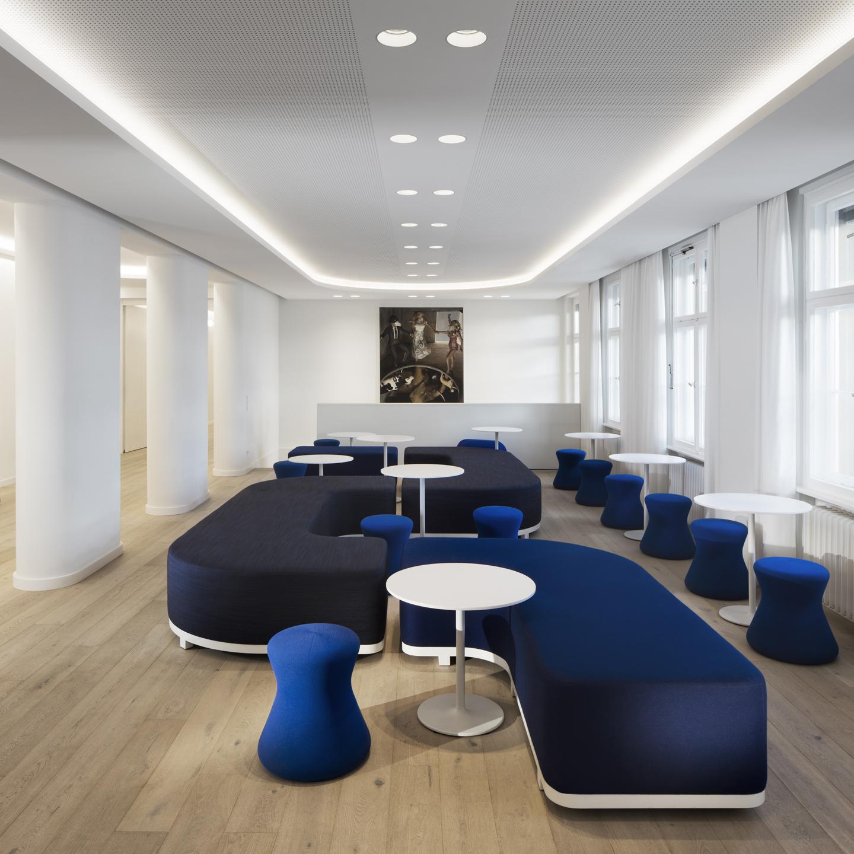 Mitarbeiter-Cafeteria mit organisch geformten Sitzmodulen als beliebter Treffpunkt für die gemeinsame Pause, zum Arbeiten und für Besprechungen